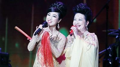 默契甚佳的米雪和薛家燕则变身皇帝和凤姐为观众演绎黄梅调《戏凤》,似欢喜冤家的生动表演让观众陶醉不已。