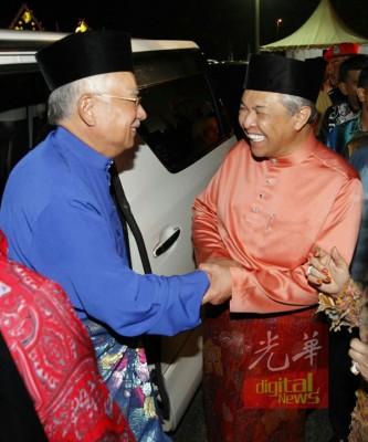 首相周日晚到会场时,吃副首相也是峇眼拿督国会议员的拿督斯里阿末扎希的迎。