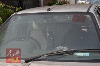 不明粉尘散布在车子挡风镜及车身。