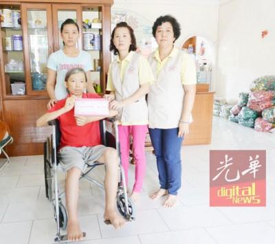 谢玉金(右2)移交6千令吉模拟支票予马杰辉与妻子许秀玲,右为基金会副总务谢宝珍。