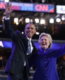 希拉莉在欧巴马演讲结束后上台与他拥抱,并向支持者挥手致意。(法新社照片)