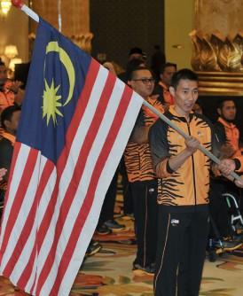 奥阿敏移交国旗给李宗伟。