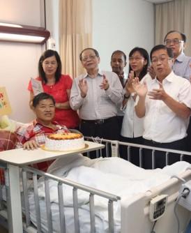 行动党一众领袖齐为郭金福唱生日歌。前右起陆兆福、陈国伟、郭素沁及林吉祥,后右起是刘镇东、方贵伦及古拉。