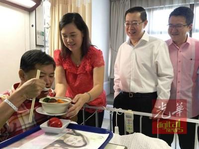 郭金福由太太协助,随华人传统吃面线添福,林冠英(左3从)跟刘镇东看得乐呵呵。