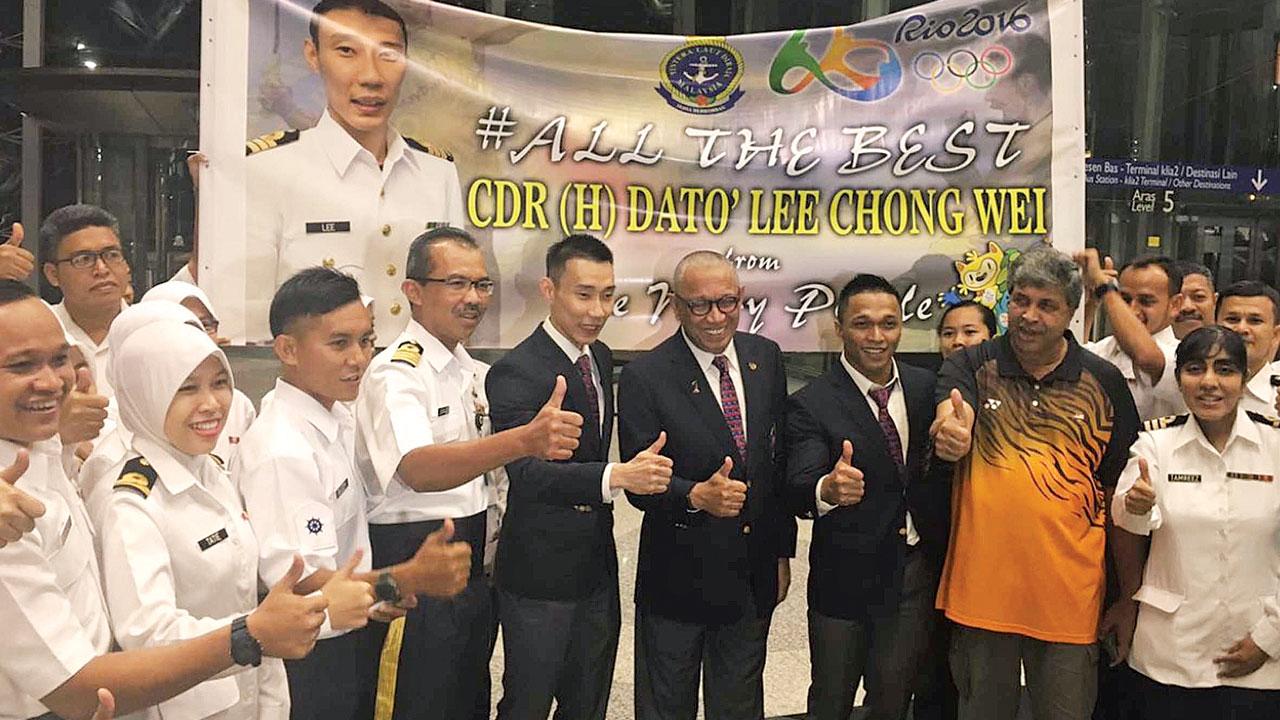 也是马来西亚海军志愿后备军名誉少校的李宗伟,获得海军代表在机场拉起横幅支持和欢送出发。