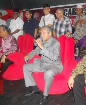 """慕克里(左起)、慕尤丁、马哈迪医生和沙菲益阿益,是""""拯救大马""""讲座会票房保证。"""