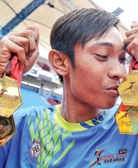 """马六甲的""""神奇小子""""凯鲁哈菲兹表现耀眼,他总共收获4面金牌并缔造了1个全国纪录及4个赛会纪录。"""