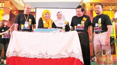 霹雳卫生局总监拿督朱艾达(中)为听与说健康月主持切蛋糕开幕仪式,右2为太平县医院总监哈芝卡玛鲁丁医生。