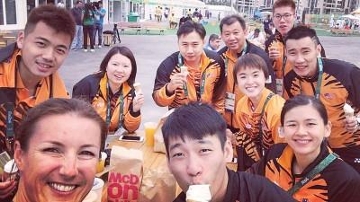 吴蔚昇(后排右)在Instagram上传与队友们在奥运选手村吃快餐的照片。