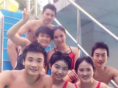 中国跳水队合影,澳门拉斯维加斯网上平台(第2排右)瞄准3米板金牌。