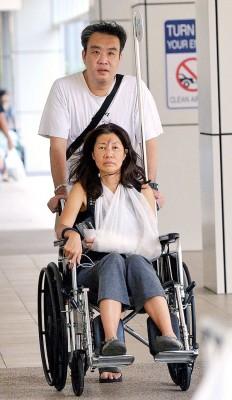 亲戚周一推着暂时需坐轮椅的蔡素芬探望在加护病房的女儿。