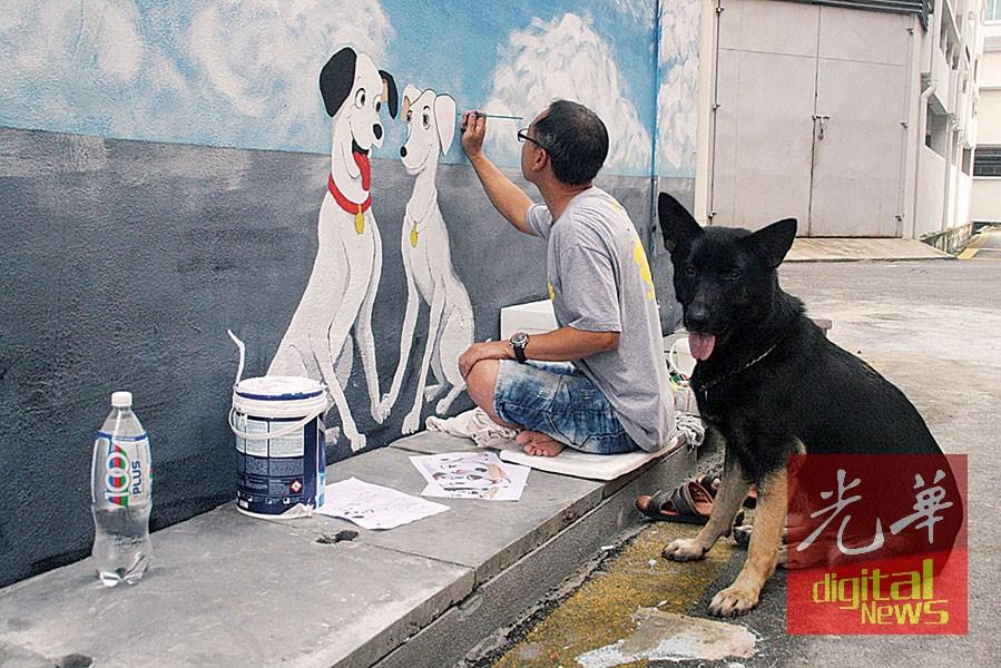 周志坚专心画壁画,Akira在旁乖巧地观看主人作画。