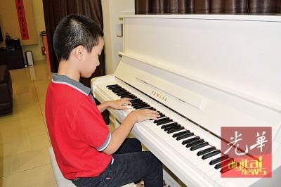 将在年杪报考第7级钢琴考试的文捷,弹起琴来即一改腼腆,自信满满的游走于琴键之中。