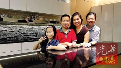 文捷(左2)与家人合影。