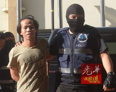 24寒暑的佐尼尤斯安迪于蒙面特警押送下带到法庭面控时,尚脸露笑容。