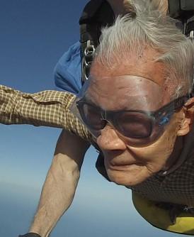 """陈国信90岁跳伞,再度创下本地""""新加坡纪录大全""""最年长的高空跳伞者的记录。"""