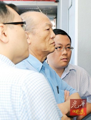 """被告冯鸿平(译音)当法庭外直得到2号称友人""""护驾""""。"""