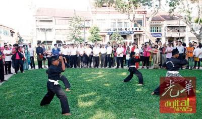 今年入遗庆典以传统运动配童玩,槟首长林冠英与一众嘉宾,一起欣赏马来传统武术表演。