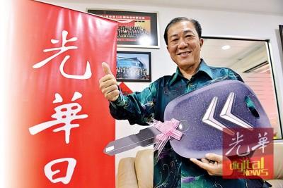 退休讲师张有德,成了《光华日报》活力105回馈读者赢大奖第4季首奖得主,获得一辆市价15万令吉的雪铁龙(Citroen DS4)进口车。