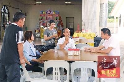杨朝期(左起)、余素莉及亲戚在灵堂打点一切。