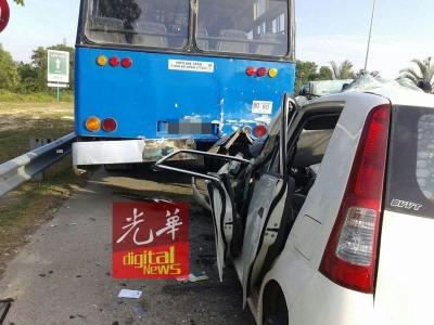 尾随在巴士后面的轿车司机,来不及刹车,造成轿车与巴士后部发生碰撞。