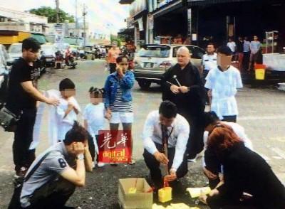 死者家人在殡葬业者的安排下,进行召魂仪式。
