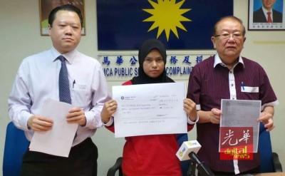 西蒂法蒂马(中)周二在记者会上,出示支票副本,左起马华法律顾问郭朴进与张天赐。