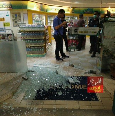 油站凌晨遇匪徒砸镜洗劫。