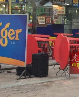 """""""可疑""""行李箱被发现置放在餐馆前,最终证实是虚惊一场。"""