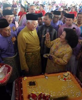 首相夫人罗斯玛在开斋节餐会上亲自喂纳吉吃黄姜饭,尽显恩爱。