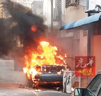 遭废置的汽车骨架,疑遭烟蒂点燃车内残存汽油而焚烧。