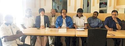 祖基菲(左5)在人民替代党中委陪同下宣布开除大卫达斯和峇拉占拉。