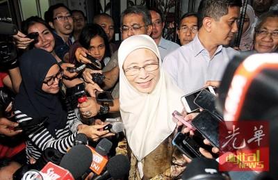 欣欣向荣姐(受到)代表公正党对行动党做出槟城提早州选的提议,按无信心。右后也阿兹敏阿里。