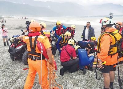 花莲七星潭一名男子遭浪卷走,救援人员其后将他救起,惜最终不治。(中央社照片)