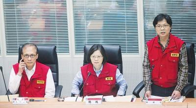 蔡英文(中)视察中央灾害应变中心,了解台风最新动态及防台准备情况。左为台湾行政院长林全、右为内政部长叶俊荣。(中央社照片)