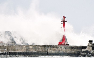 """""""尼伯特""""暴风圈周四晚间接触台湾陆地,东海岸风浪大出现长浪,巨浪打在堤防掀起逾10公尺高浪花。(中央社照片)"""