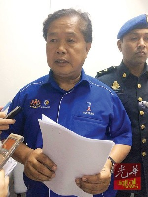 槟州贸消部执法组主任苏海米向媒体讲解控状详情。