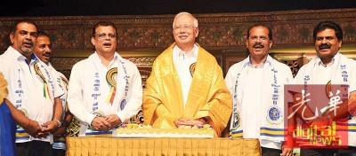 """纳吉周六为世界淡米尔语论坛主持开幕礼,碰巧生日,接受众人庆生。左3为""""我的人民进步党""""主席丹斯里卡维斯。"""