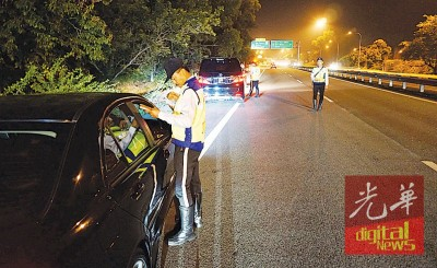 武吉安曼交通组深夜以双溪大年高速公路来往方向设路障检举。