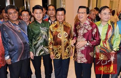 廖中莱(右2)统领马华领导层赴筹募关中次要建校基金晚宴。左起陈明山、张盛闻、正天兴及魏家祥。
