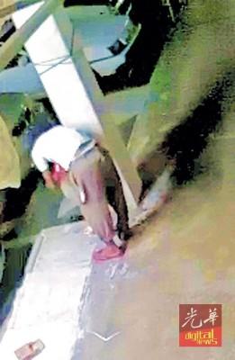 闭路电视拍到中年男子倒香炉灰进沟渠的过程。
