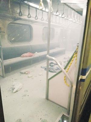 起爆裂的火车车厢冒烟,杂物满地。(中央社照片)