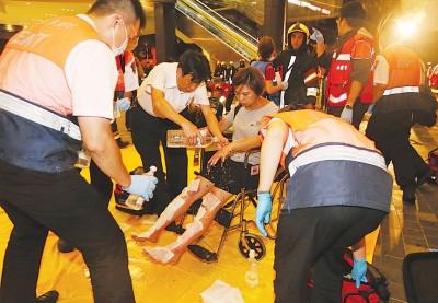 医护人员以月台为伤者进行紧急治疗。(中央社照片)