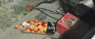 出群众发现事发时一名男子形迹可疑,拿长条状的物品放入车厢后即去,贪图为车厢内疑似爆裂物的物品照片。