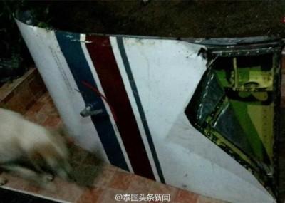 泰国某航空公司飞机飞行途中机舱门突然脱落