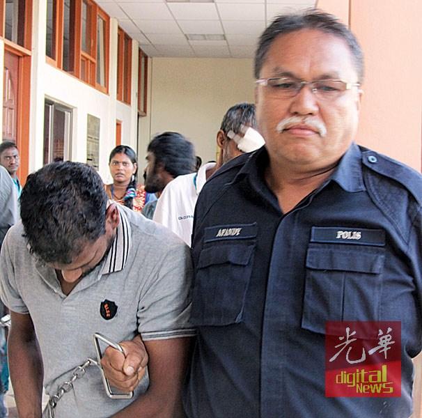 男嫌犯全程低着头,避免真面目曝光。