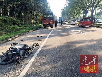 保安员闪避积水,蓦地转向车道,倒霉被拖格罗里遇到及,当场毙命,使摩托车毁坏不堪。