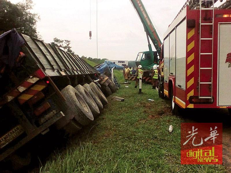 拖格罗里失控翻覆,消拯员前往事发现场施救。