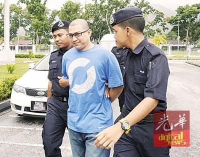 利索弗安阿都拉被押下车时,从容面对媒体及大方给予拍照。