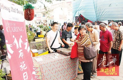 许多贫老人士前来领取免费食物。